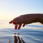 手と水の波紋